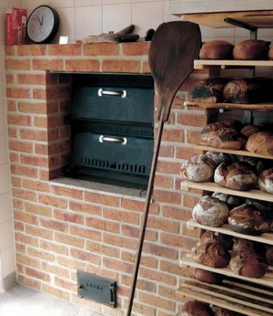 Дровяная печь для малой пекарни внутри помещения