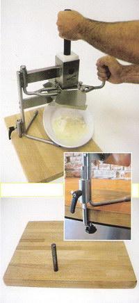 Процесс нарезки сыра