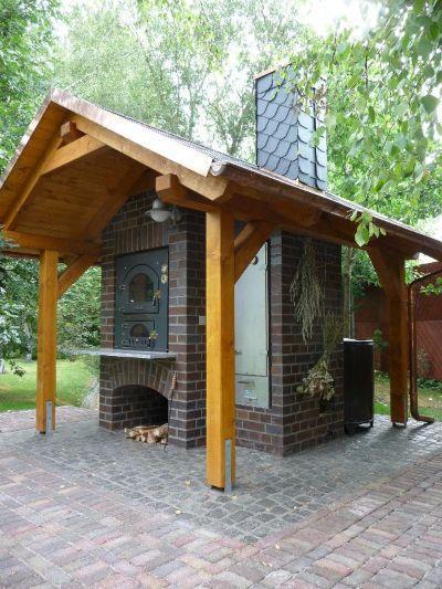 Встроенная дровяная печь на летней кухне